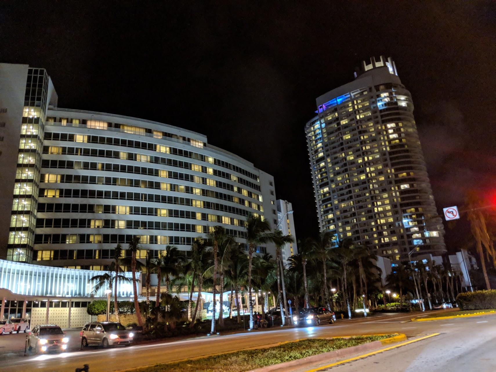 Fontainebleau Resort à Miami Beach propose une grande extension, reliée par un pont !