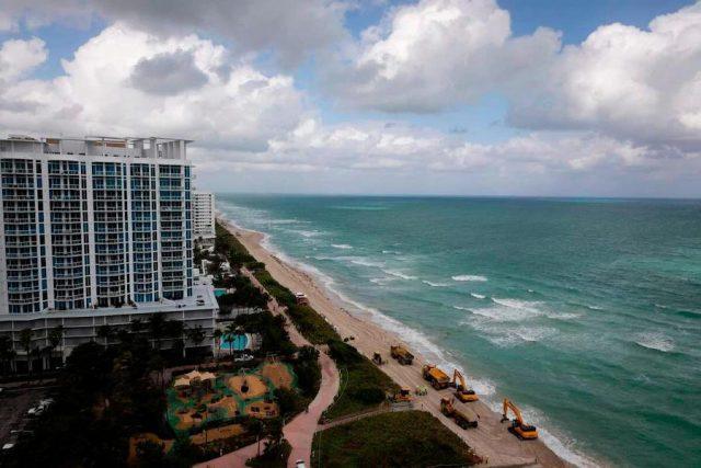 Pour lutter contre l'érosion de la plage, des tonnes de sable déversées à Miami Beach